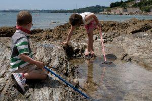 children rock pooling